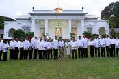 Presiden Joko Widodo (tengah dan Wapres Jusuf Kalla berfoto bersama para menteri yang tergabung dalam Kabinet Kerja saat acara pengumunan kabinet di Istana Merdeka, Jakarta, Minggu (26/10). Kabinet Kerja yang dipimpin Presiden Joko Widodo dan Wapres Jusuf Kalla terdiri dari 34 menteri.  ANTARA FOTO/Andika Wahyu/pd/14.