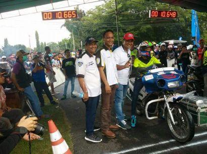 Ketua penyelanggara,ketua Pelaksana dan Pengawas perlombaan berfhoto dengan Salah satu team yang menggunakan motor lagenda polantas